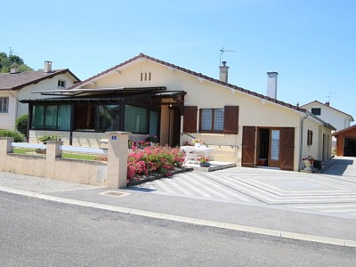 Maison de plain pied et vérandas A LOUER - PIERRE DE BRESSE - 88 m2 - 700 € charges comprises par mois